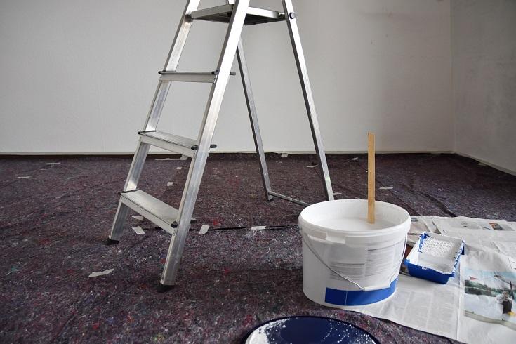 Leiter und weißer Farbeimer