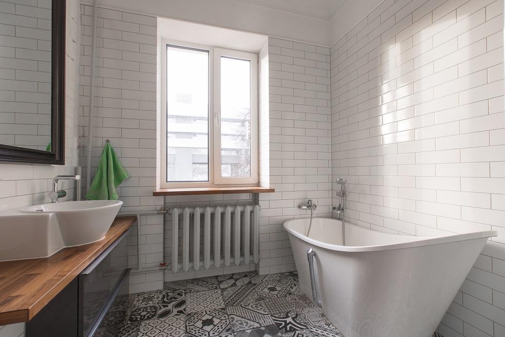 Badezimmer mit Weißanstrich