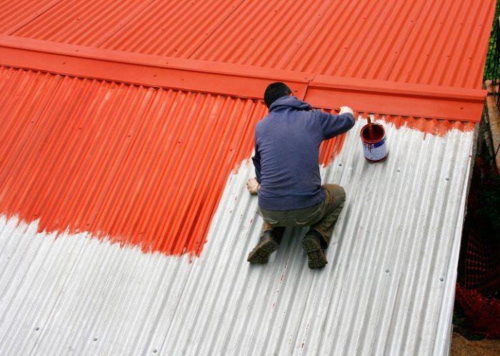 Maler streicht Wellblechdach