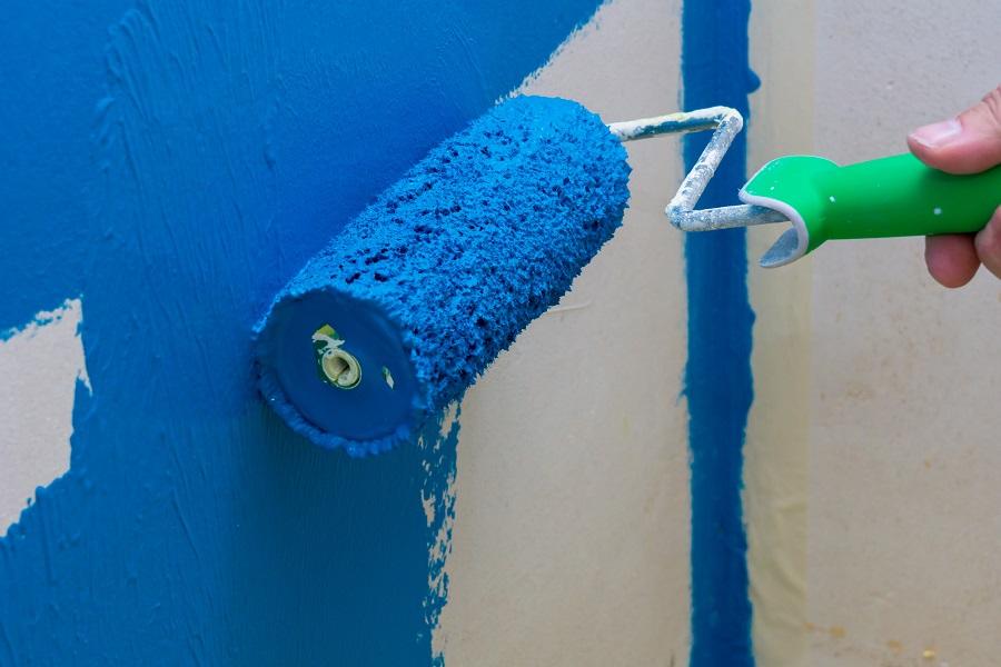 Blauer Anstrich auf weißer Wand
