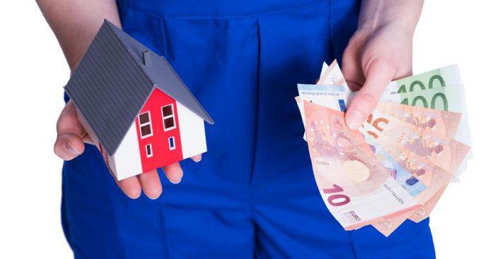 Hände mit Geld & Haus