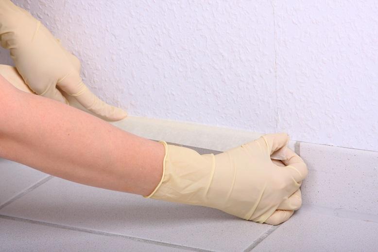 weiße Wand wird abgeklebt für das Streichen