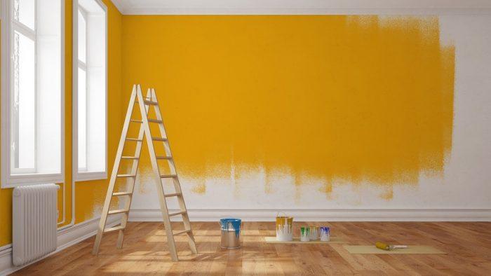 Frisch gestrichene Wand mit gelber Farbe