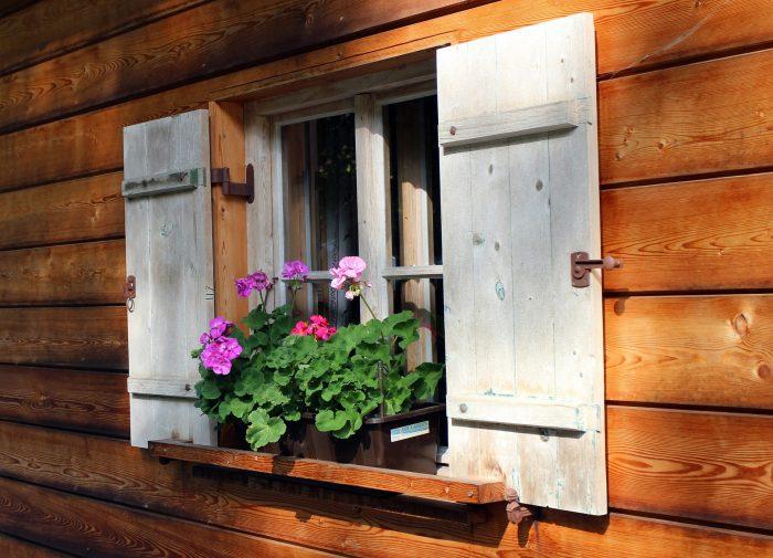 Holzwand mit Fenster