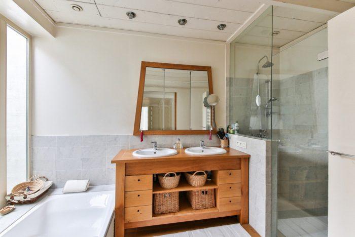 weißes Badezimmer mit braunem Spiegelschrank
