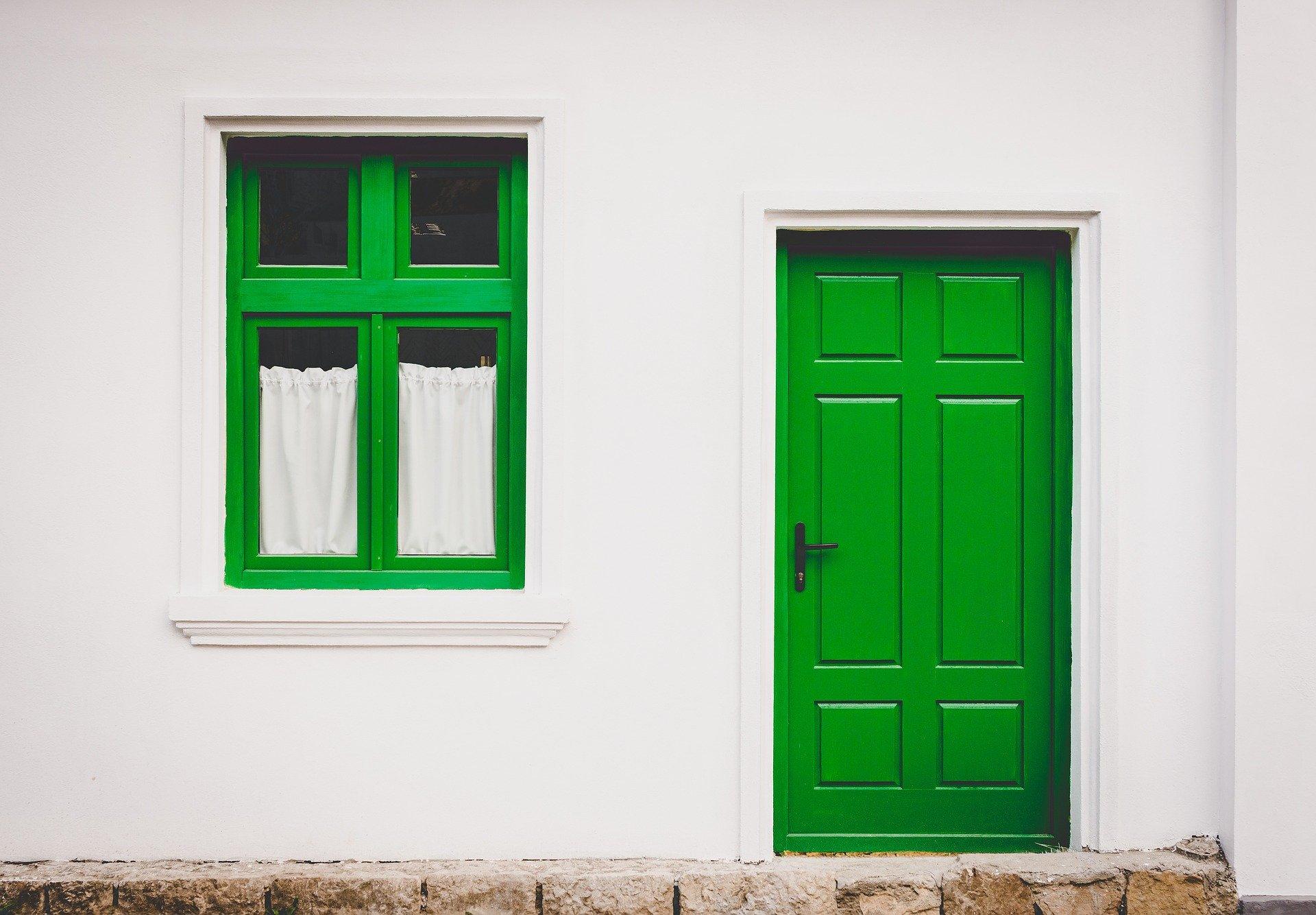 Hausfassade mit grüner Tür