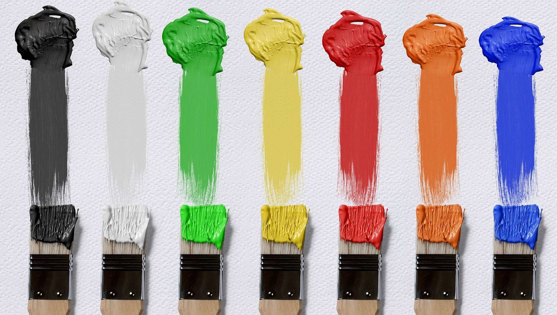 Pinsel mit verschiedenen Farbe auf einem weißen Hintergund
